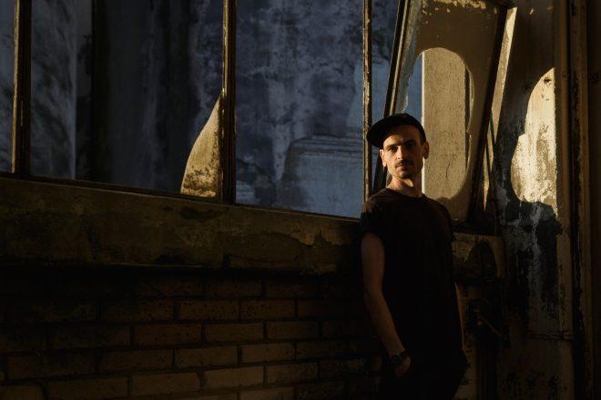 Barker yaz sonu çıkaracağı albümü 'Utility'den 3 parçayı plak formatında piyasaya sürdü