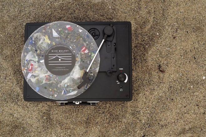Okyanusun plastiklerinden geri dönüştürülmüş çalınabilir plak üretildi
