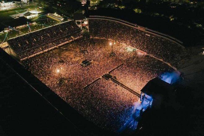 Yeni Zelanda'da 50.000 kişilik maskesiz ve sosyal mesafesiz konser düzenlendi